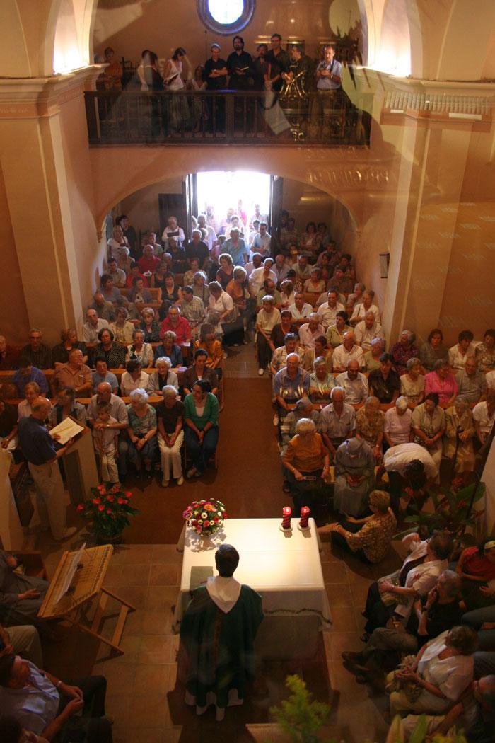 L'Esglèsia: Lloc espaiós on hi és celebrada l'Eucaristia dominical, i on els visitants poden pregar-hi detingudament a qualsevol hora del dia