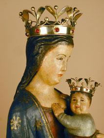 La Imatge: que n'és, d'atraient, aquesta bella imatge de Maria amb el nen als braços! A tots els que s'hi apropen, ella els mira bondadosament