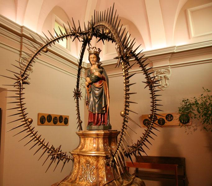 El Cambril: Des de fa més de tres centúries, els vallesans hi veneren la seva patrona: la Mare de Déu  de Puiggraciós.
